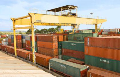 A movimentação de contêineres em terminais e armazéns é realizada por máquinas reach stacker e pórticos (foto), que garantem agilidade às operações